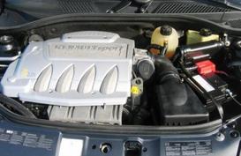 фото: капот Renault Clio